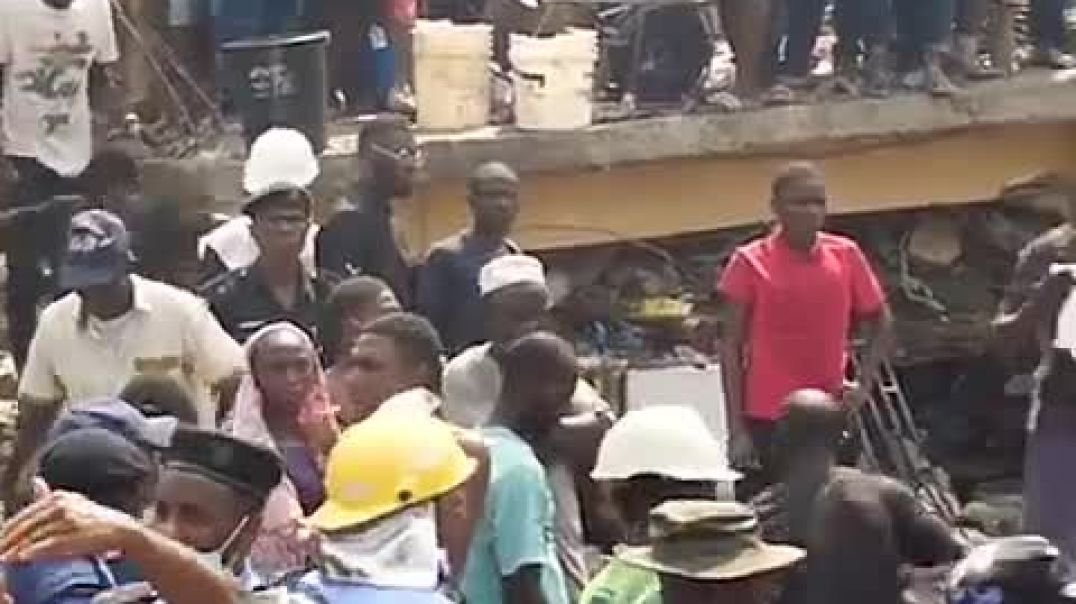 Watch the tragic collapse of school building in Ita paji Lagos state trapped with hundreds of childr