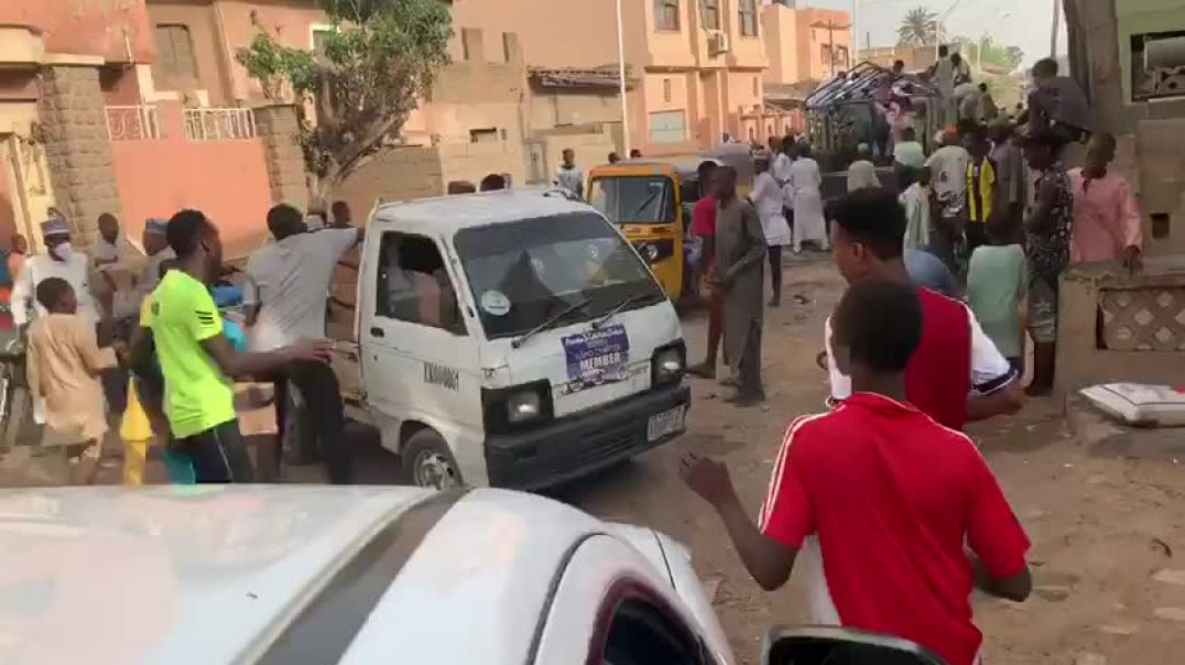 Poor people  in kano State robbed  a mini truck full of food stuff