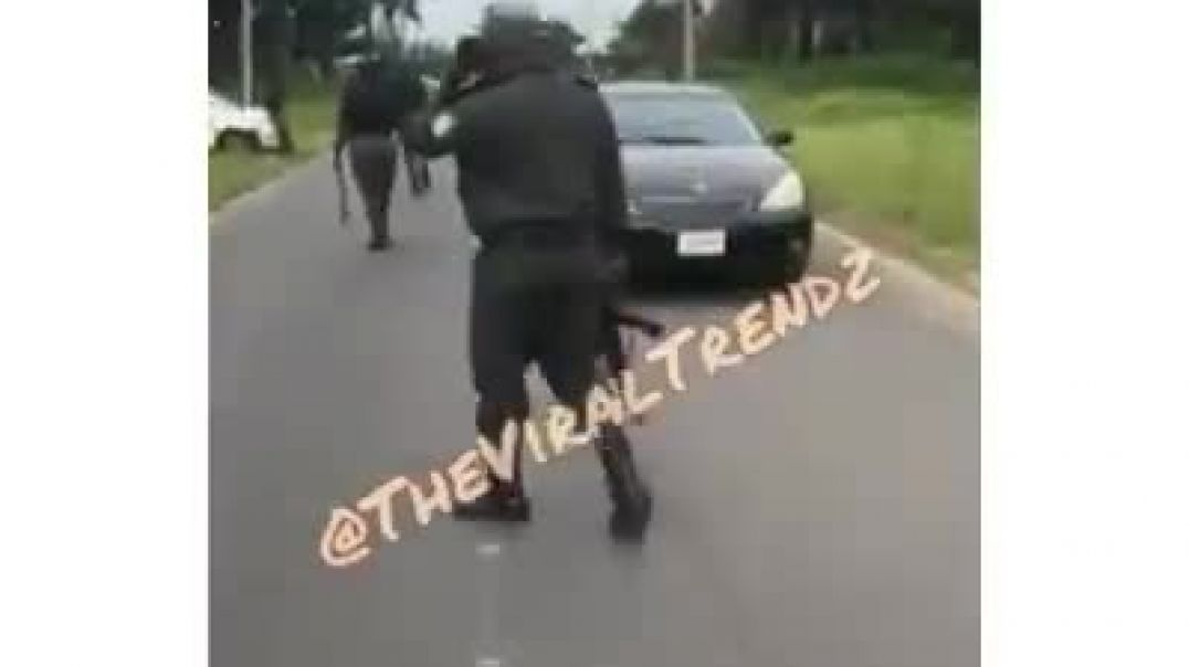 Nigerian police  removed some1 car battery bcoz he didn't give them bribe